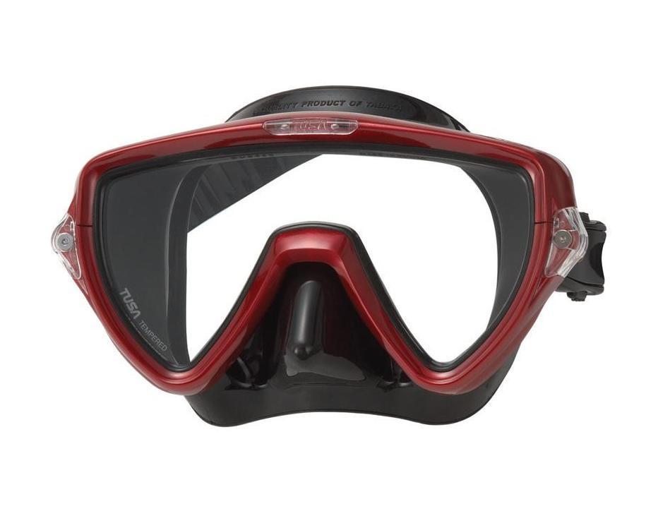 Маска для плавания Tusa Visio Uno, цвет: красный металликTS M-110QB MDRМаска M-110 имеет однолинзовый дизайн, обеспечивающийпрекрасный обзор, маленький подмасочный объем и повышенный комфорт. Обтюратор маски имеет скругленные края со специальной посадкой обтюратора по линиям наилучшего прилегания к лицу.В маске Visio Uno применен 3D-ремешок новой конструкции, который точно повторяет затылочный изгиб и обеспечивает великолепное прилегание. В данной маске применена недавно разработанная низкопрофильная пряжка, которая крепится прямо к силиконовому обтюратору. В результате получается компактная, легкая и технологически более совершенная модель маски, которую можно просто и быстро настроить под себя, добившись оптимального прилегания. Характеристики: Цвет: черный. Ширина оправы маски: 17,5 см. Размер упаковки: 20,5 см x 11 см x 12 см. Материал: силикон, стекло, пластик. Артикул: TS M-110QB MDR.Производитель: Тайвань.