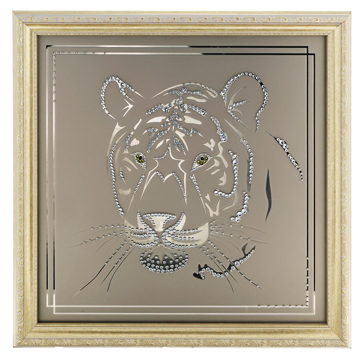 Картина с кристаллами Swarovski Взгляд тигра, 40 см х 40 смAG 40-11Изящная картина в багетной раме, инкрустирована кристаллами Swarovski в виде головы тигра на матовом стекле золотистого цвета. Кристаллы Swarovski отличаются четкой и ровной огранкой, ярким блеском и чистотой цвета. С обратной стороны имеется металлическая проволока для размещения картины на стене. Картина с кристаллами Swarovski Взгляд тигра элегантно украсит интерьер дома или офиса, а также станет прекрасным подарком, который обязательно понравится получателю. Блеск кристаллов в интерьере, что может быть сказочнее и удивительнее. Картина упакована в подарочную картонную коробку синего цвета и комплектуется сертификатом соответствия Swarovski.