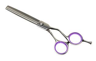 Tayo Ножницы парикмахерские Classic, филировочные. DN44655Satin Hair 7 BR730MNПарикмахерские ножницы Tayo Classic изготовлены из высококачественной углеродистой стали и пластика. Ножницы эргономичные, с конвекционной заточкой и съемным упором являются профессиональным инструментом мастера стрижки. Изделие имеет 36 зубцов. Ножницы менее подвержены коррозии, долго сохраняют заточку. Специальная зеркальная полировка обеспечивает дополнительную антикоррозийную стойкость. К ножницам прилагается средство для ухода.Товар сертифицирован.Размер ножниц: 15,5 см х 6 см. Длина лезвий: 5,5 см.