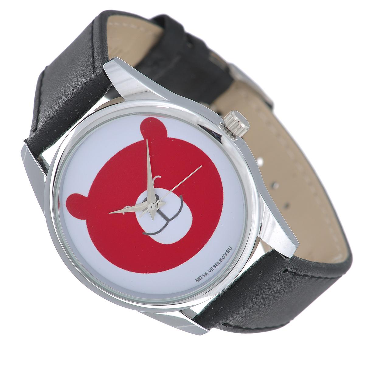 Часы наручные Mitya Veselkov Красный мишка. MV-185BM8434-58AEНаручные часы Mitya Veselkov Красный мишка созданы для современных людей, которые стремятся выделиться из толпы и подчеркнуть свою индивидуальность. Часы оснащены японским кварцевым механизмом. Ремешок выполнен из натуральной кожи, корпус изготовлен из стали. Циферблат оснащен тремя стрелками и оформлен изображением мордочки медведя.Часы размещаются на специальной подушечке и упакованы в фирменный стакан Mitya Veselkov.Характеристики: Диаметр циферблата: 3,4 см.Размер корпуса: 3,9 см х 4,5 см х 0,8 см.Длина ремешка (с учетом корпуса): 24 см.Ширина ремешка: 1,8 см.
