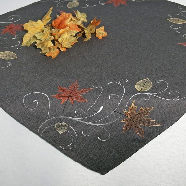 Скатерть Schaefer, квадратная, цвет: серый, 85x 85 см. 07450-100VT-1520(SR)Скатерть Schaefer изготовлена из полиэстера и украшена вышивкой в виде листочков.Изделия из полиэстера легко стирать: они не мнутся, не садятся и быстро сохнут, они более долговечны, чем изделия из натуральных волокон. Кроме того, ткань обладает водоотталкивающими свойствами. Такая скатерть будет просто не заменима на кухне, а особенно на вашем обеденном столе на даче под открытым небом. Скатерть Schaefer не останется без внимания ваших гостей, а вас будет ежедневно радовать ярким дизайном и несравненным качеством.Немецкая компания Schaefer создана в 1921 году. На протяжении всего времени существования она создает уникальные коллекции домашнего текстиля для гостиных, спален, кухонь и ванных комнат. Дизайнерские идеи немецких художников компании Schaefer воплощаются в текстильных изделиях, которые сделают ваш дом красивее и уютнее и не останутся незамеченными вашими гостями. Дарите себе и близким красоту каждый день! Изысканный текстиль от немецкой компании Schaefer - это красота, стиль и уют в вашем доме.