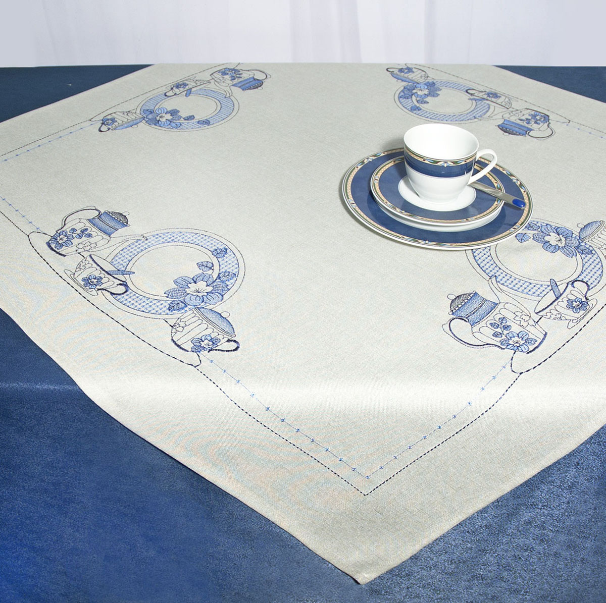 Скатерть Schaefer, квадратная, цвет: серый, 85x 85 см. 07480-100VT-1520(SR)Скатерть Schaefer изготовлена из полиэстера и украшена вышивкой в виде чайников, тарелок и др.Изделия из полиэстера легко стирать: они не мнутся, не садятся и быстро сохнут, они более долговечны, чем изделия из натуральных волокон. Кроме того, ткань обладает водоотталкивающими свойствами. Такая скатерть будет просто не заменима на кухне, а особенно на вашем обеденном столе на даче под открытым небом. Скатерть Schaefer не останется без внимания ваших гостей, а вас будет ежедневно радовать ярким дизайном и несравненным качеством.Немецкая компания Schaefer создана в 1921 году. На протяжении всего времени существования она создает уникальные коллекции домашнего текстиля для гостиных, спален, кухонь и ванных комнат. Дизайнерские идеи немецких художников компании Schaefer воплощаются в текстильных изделиях, которые сделают ваш дом красивее и уютнее и не останутся незамеченными вашими гостями. Дарите себе и близким красоту каждый день! Изысканный текстиль от немецкой компании Schaefer - это красота, стиль и уют в вашем доме.