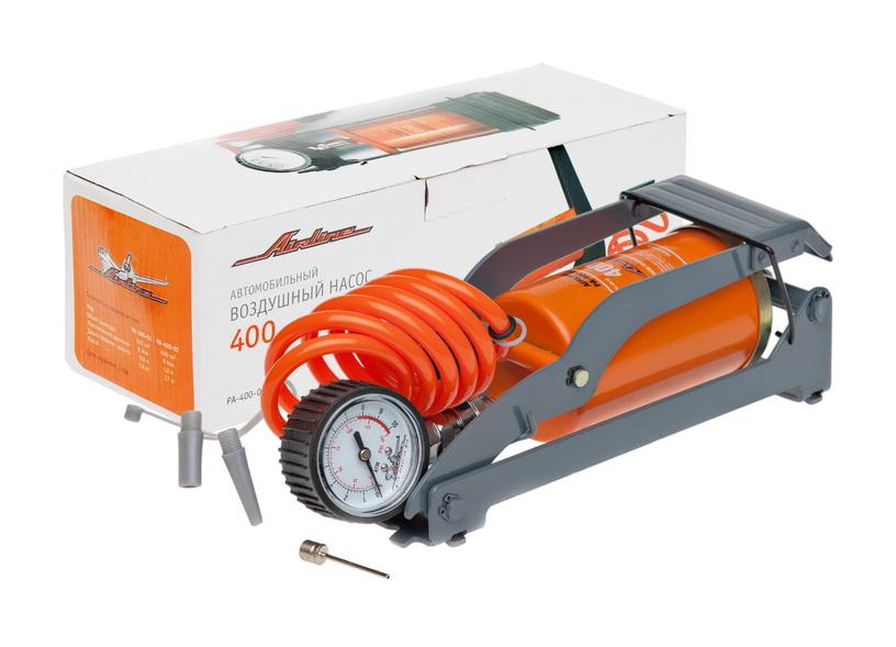 Насос автомобильный Airline, воздушный, со съемным манометромASI200Насос Airline обладает ноу-хау, аналогов которому на данный момент не существует на рынке - съемный манометр и шланг-пружина. Благодаря неожиданной технической находке давление воздуха в шинах можно замерять, не доставая сам насос. Шланг-пружина отсоединяется от насоса и может использоваться в качестве обычного манометра. Насос имеет увеличенный диаметр цилиндра – 400 см3, что позволяет быстрее накачивать колеса вашего автомобиля.Особенности:Металлический корпус и механизм.Съемный манометр со шлангом.Набор насадок.Высокая устойчивость.Удобная сумка.Удобный шланг.