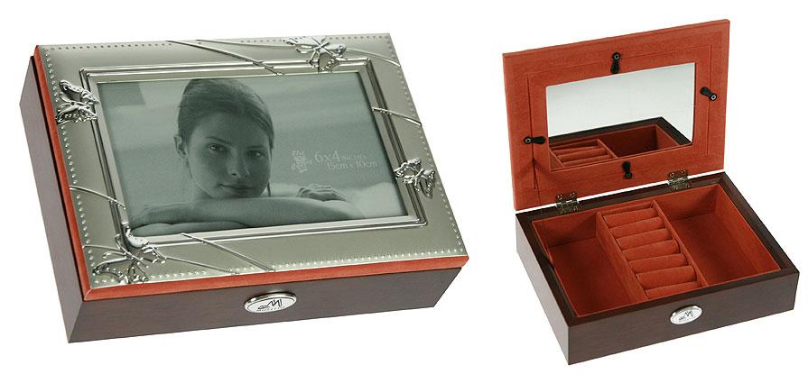 Шкатулка-фоторамка ювелирная Moretto, 19 х 14 х 5,5 см 1395277706803Шкатулка-фоторамка Moretto изготовлена из МДФ коричневого цвета и предназначена для хранения ювелирных украшений. По периметру крышка оформлена алюминиевой гравюрой с изображением бабочек, в центр которой под стекло вы можете поместить фотографию размером 10 см х 15 см. Внутренняя поверхность шкатулки отделана бархатистой тканью кирпичного цвета. Изделие имеет два прямоугольных отделения для цепочек и браслетов и отсек с валиками для колец. Крышка с внутренней стороны оснащена прямоугольным зеркальцем. Шкатулка на передней стенке оснащена изящной эмблемой бренда.Шкатулка-фоторамка Moretto станет чудесным аксессуаром для хранения ювелирных украшений.Размер шкатулки: 19 см х 14 см х 5,5 см.
