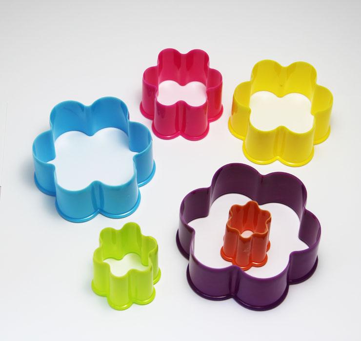Набор формочек Borner Цветок, 6 предметовBK-3969Набор Borner Цветок, выполненный из высококачественного пищевого пластика, состоит из 6 формочек в виде цветочков, различного размера и цвета. Формочки предназначены для вырезания украшений или вырубки из теста фигурного печенья. Диаметр формочек: 9,8 см; 8,8 см; 7,5 см; 6,3 см; 4,8 см; 3,6 см.Высота формочек: 4 см.Цвета: розовый, желтый, лимонный, фиолетовый, оранжевый, голубой.