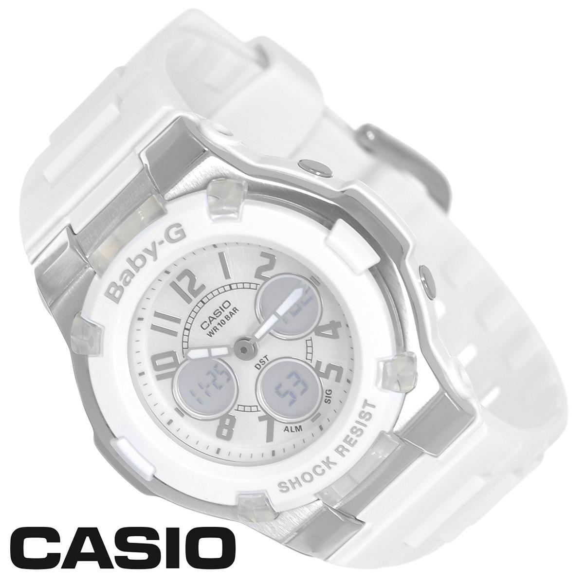 Часы женские наручные Casio Baby-G, цвет: белый, серебристый. BGA-110-7BBGA-110-7BСтильные многофункциональные часы Baby-G от японского брэнда Casio - это яркий функциональный аксессуар для современных людей, которые стремятся выделиться из толпы и подчеркнуть свою индивидуальность. Часы выполнены в спортивном стиле.Часы оснащены японским кварцевым механизмом. Часы имеют ударопрочную конструкцию, защищающую механизм от ударов и вибрации. Циферблат с безельными протекторами оснащен двумя стрелками и подсвечивается светодиодом. Ремешок из мягкого пластика застегивается на классическую застежку.Основные функции: - 5 будильников, один с функцией повтора сигнала (чтобы отложить пробуждение), ежечасный сигнал; - сплит-хронограф; - автоматический календарь (число, месяц, день недели, год); - секундомер с точностью показаний 1/100 с, время измерения 60 мин; - 12-ти и 24-х часовой формат времени; - таймер обратного отсчета от 1 мин до 24 ч с автоповтором; - функция включения/отключения звука; - мировое время.Часы упакованы в фирменную коробку с логотипом Casio. Такой аксессуар добавит вашему образу стиля и подчеркнет безупречный вкус своего владельца. Характеристики:Диаметр циферблата: 2,4 см.Размер корпуса: 4,4 см х 4 см х 1,3 см.Длина ремешка (с корпусом): 21,5 см.Ширина ремешка: 1,8 см. STAINLESS STELL BACK JAPAN MOVT Y CASED IN CHINA.