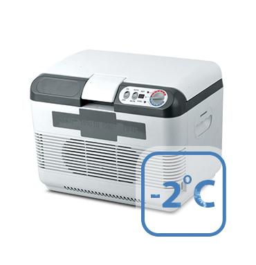 Холодильник автомобильный AVS CC-15WBC, 41 х 29 х 29 смCDF-16Компактные размеры позволяют разместить холодильник AVS CC-15WBC в любой части вашего автомобиля. Эффективная система охлаждения не требует ухода. Отлично охлаждает напитки и сохраняет скоропортящиеся продукты в любую жару, в самых суровых условиях путешествия.Плотно прилегающая крышка изготовлена с применением термоизоляционного материала. Встроенный контроль за состоянием аккумулятора автомобиля. Оснащен LED дисплеем. Сохраняет установленную температуру в течение 1,5-2 часов после отключения. Питание: 220В/12В/24В. Мощность в режиме охлаждения: 65 Вт. Мощность в режиме нагрева: 57 Вт. Емкость: 15 л. Принцип работы по эффекту Пельтье. Максимальное охлаждение: 22-25°С от температуры окружающей среды. Минимальная температура охлаждения: -2°С (при температуре окружающей среды не выше +23°С и непрерывной работе не менее 3 часов). Максимальный нагрев: +65°С. Вес: 7 кг.