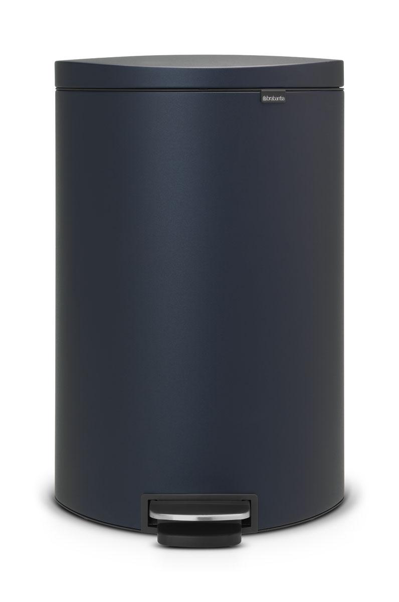 Бак мусорный Brabantia FlatBack+, с педалью, цвет: синий, 40 л103889Бак FlatBack+ - это самый компактный бак бренда Brabantia. При этом механизм MotionControlобеспечивает бесшумное закрывание и мягкое действие педали. Но и это еще не все - бак имеет защиту от отпечатков пальцев, а также удобную гибкую ручку для переноски. Бесшумное закрывание и мягкое действие педали - механизм MotionControl; Рациональное использование пространства - бак может устанавливаться вплотную к стене или кухонному шкафу; Умная фиксация крышки - при открывании крышка не касается стены благодаря уникальной конструкции крепления; Удобный в использовании - при открывании вручную крышка фиксируется в открытом положении, закрывается нажатием педали; Удобная очистка - съемное внутреннее ведро из пластика со складными захватами; Удобная смена мешков для мусора - специальная функция фиксации внутреннего ведра в поднятом положении; Бак удобно перемещать - гибкая ручка для переноски; Предохранение пола от повреждений - пластиковый защитный обод; Всегда опрятный вид – идеально подходящие по размеру мешки для мусора с завязками (размер G); 10-летняя гарантия Brabantia. Цвет: темно-синий