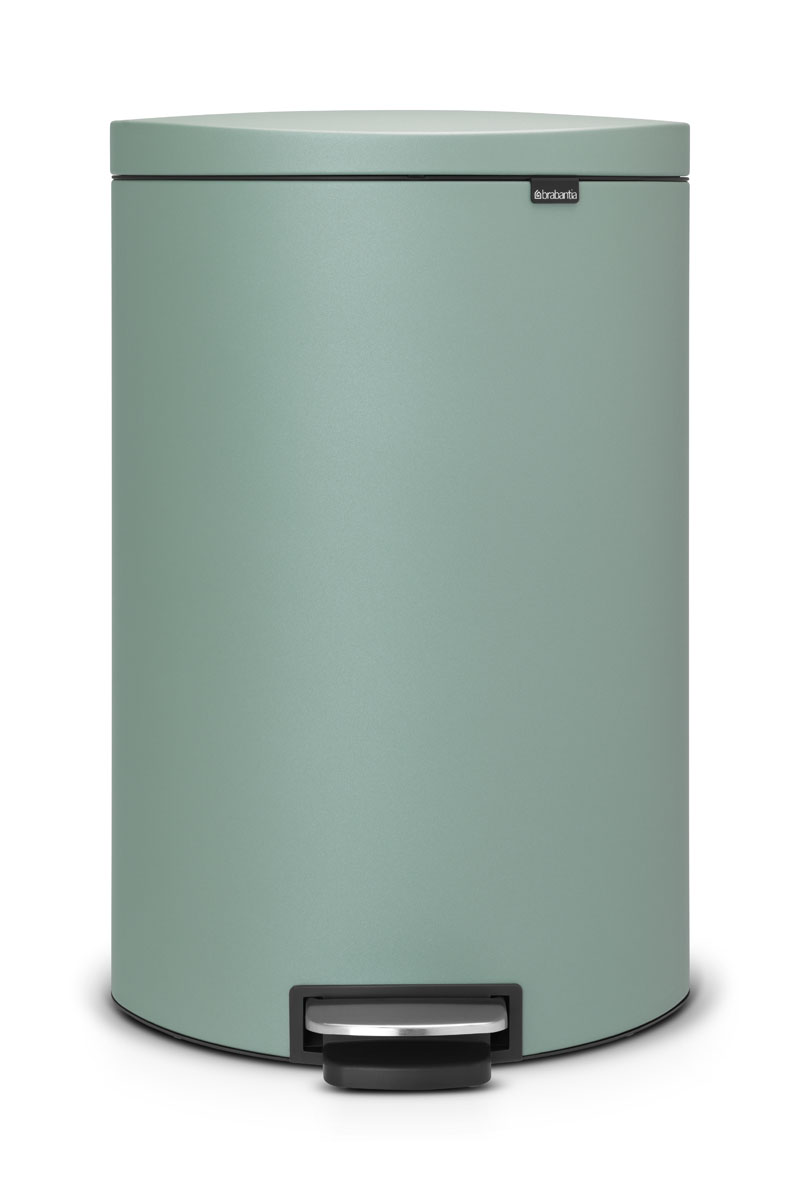 Бак мусорный Brabantia FlatBack+, с педалью, цвет: мятный, 40 л35593Бак FlatBack+ - это самый компактный бак бренда Brabantia. При этом механизм MotionControl обеспечивает бесшумное закрывание и мягкое действие педали. Но и это еще не все - бак имеет защиту от отпечатков пальцев, а также удобную гибкую ручку для переноски.Бесшумное закрывание и мягкое действие педали - механизм MotionControl; Рациональное использование пространства - бак может устанавливаться вплотную к стене или кухонному шкафу; Умная фиксация крышки - при открывании крышка не касается стены благодаря уникальной конструкции крепления; Удобный в использовании - при открывании вручную крышка фиксируется в открытом положении, закрывается нажатием педали; Удобная очистка - съемное внутреннее ведро из пластика со складными захватами; Удобная смена мешков для мусора - специальная функция фиксации внутреннего ведра в поднятом положении; Бак удобно перемещать - гибкая ручка для переноски; Предохранение пола от повреждений - пластиковый защитный обод; Всегда опрятный вид – идеально подходящие по размеру мешки для мусора с завязками (размер G); 10-летняя гарантия Brabantia.