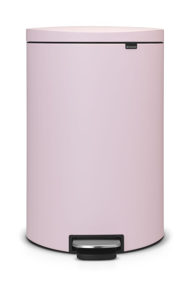 Бак мусорный Brabantia FlatBack+, с педалью, цвет: розовый, 40 л103926Бак FlatBack+ - это самый компактный бак бренда Brabantia. При этом механизм MotionControl обеспечивает бесшумное закрывание и мягкое действие педали. Но и это еще не все - бак имеет защиту от отпечатков пальцев, а также удобную гибкую ручку для переноски. Бесшумное закрывание и мягкое действие педали - механизм MotionControl; Рациональное использование пространства - бак может устанавливаться вплотную к стене или кухонному шкафу; Умная фиксация крышки - при открывании крышка не касается стены благодаря уникальной конструкции крепления; Удобный в использовании - при открывании вручную крышка фиксируется в открытом положении, закрывается нажатием педали; Удобная очистка - съемное внутреннее ведро из пластика со складными захватами; Удобная смена мешков для мусора - специальная функция фиксации внутреннего ведра в поднятом положении; Бак удобно перемещать - гибкая ручка для переноски; Предохранение пола от повреждений - пластиковый защитный обод; Всегда опрятный вид – идеально подходящие по размеру мешки для мусора с завязками (размер G); 10-летняя гарантия Brabantia. Цвет: розовый