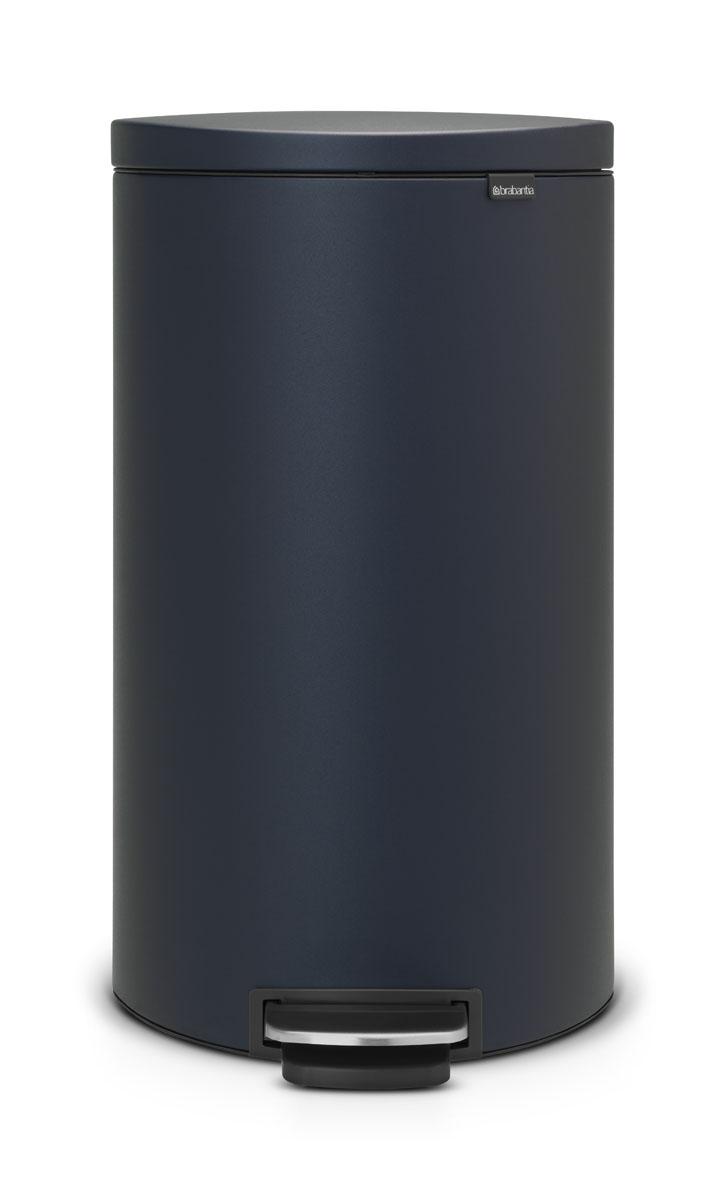 Бак мусорный Brabantia FlatBack+, с педалью, цвет: синий, 30 л531-105Бак FlatBack+ - это самый компактный бак бренда Brabantia. При этом механизм MotionControl обеспечивает бесшумное закрывание и мягкое действие педали. Но и это еще не все - бак имеет защиту от отпечатков пальцев, а также удобную гибкую ручку для переноски. Бесшумное закрывание и мягкое действие педали - механизм MotionControl; Рациональное использование пространства - благодаря конструкции бак может устанавливаться вплотную к стене или кухонному шкафу; Умная фиксация крышки - при открывании крышка не касается стены благодаря уникальной конструкции крепления; Удобный в использовании - при открывании вручную крышка фиксируется в открытом положении, закрывается нажатием педали; Удобная очистка - съемное внутреннее ведро из пластика со складными захватами; Удобная смена мешков для мусора - специальная функция фиксации внутреннего ведра в поднятом положении; Бак удобно перемещать - гибкая ручка для переноски; Предохранение пола от повреждений - пластиковый защитный обод; Всегда опрятный вид – идеально подходящие по размеру мешки для мусора с завязками (размер G); 10-летняя гарантия Brabantia. Цвет: темно-синий