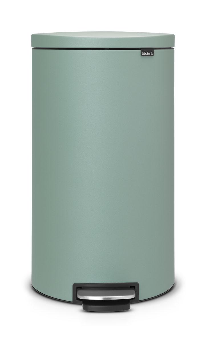 Бак мусорный Brabantia FlatBack+, с педалью, цвет: мятный, 30 лADF1609Бак FlatBack+ - это самый эргономичный бак бренда Brabantia. При этом механизм MotionControl обеспечивает бесшумное закрывание и мягкое действие педали. Но и это еще не все - бак имеет защиту от отпечатков пальцев, а также удобную гибкую ручку для переноски. Бесшумное закрывание и мягкое действие педали - механизм MotionControl; Рациональное использование пространства - благодаря конструкции бак может устанавливаться вплотную к стене или кухонному шкафу; Умная фиксация крышки - при открывании крышка не касается стены благодаря уникальной конструкции крепления; Удобный в использовании - при открывании вручную крышка фиксируется в открытом положении, закрывается нажатием педали; Удобная очистка - съемное внутреннее ведро из пластика со складными захватами; Удобная смена мешков для мусора - специальная функция фиксации внутреннего ведра в поднятом положении; Бак удобно перемещать - гибкая ручка для переноски; Предохранение пола от повреждений - пластиковый защитный обод; Всегда опрятный вид – идеально подходящие по размеру мешки для мусора с завязками (размер G); 10-летняя гарантия Brabantia. Цвет: бирюзовый
