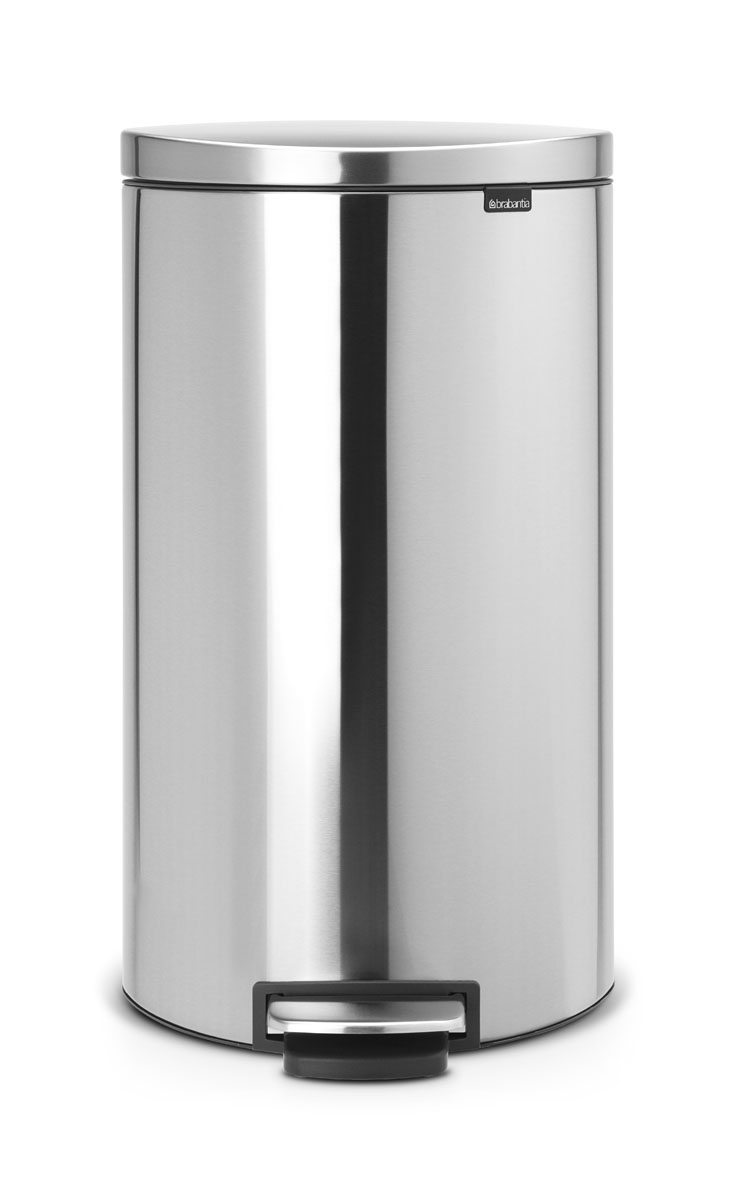 Бак мусорный Brabantia FlatBack+, с педалью, цвет: матовая сталь, 30 лP-211Бак FlatBack+ - это самый эргономичный бак бренда Brabantia. При этом механизм MotionControl обеспечивает бесшумное закрывание и мягкое действие педали. Но и это еще не все - бак имеет защиту от отпечатков пальцев, а также удобную гибкую ручку для переноски. Бесшумное закрывание и мягкое действие педали - механизм MotionControl; Рациональное использование пространства - благодаря конструкции бак может устанавливаться вплотную к стене или кухонному шкафу; Умная фиксация крышки - при открывании крышка не касается стены благодаря уникальной конструкции крепления; Удобный в использовании - при открывании вручную крышка фиксируется в открытом положении, закрывается нажатием педали; Удобная очистка - съемное внутреннее ведро из пластика со складными захватами; Удобная смена мешков для мусора - специальная функция фиксации внутреннего ведра в поднятом положении; Бак удобно перемещать - гибкая ручка для переноски; Предохранение пола от повреждений - пластиковый защитный обод; Всегда опрятный вид – идеально подходящие по размеру мешки для мусора с завязками (размер G); 10-летняя гарантия Brabantia. Цвет: матовый стальной с защитой от отпечатков пальцев
