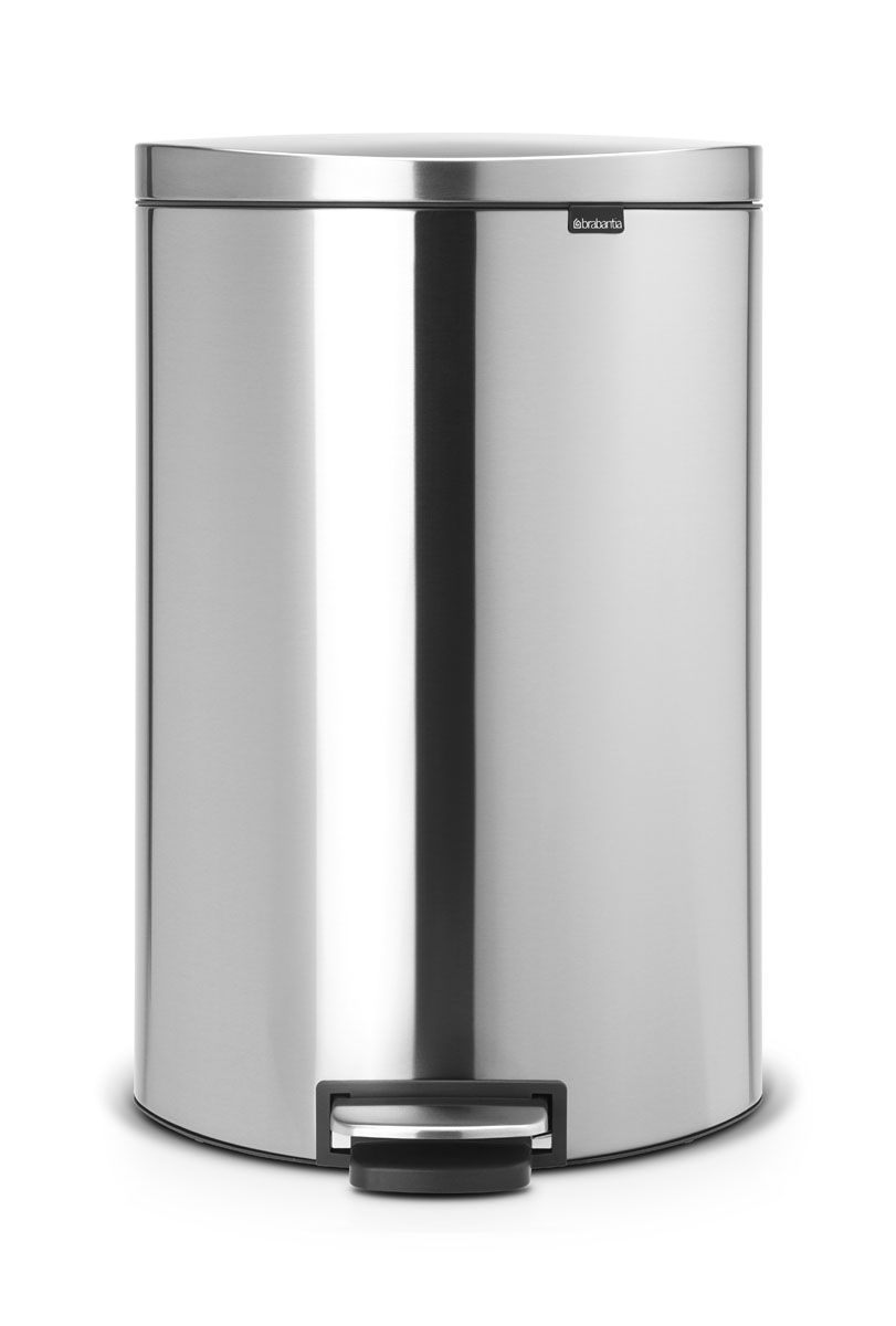 Бак мусорный Brabantia FlatBack+, с педалью, цвет: матовая сталь, 40 л29484Бак FlatBack+ - это самый компактный бак бренда Brabantia. При этом механизм MotionControl обеспечивает бесшумное закрывание и мягкое действие педали. Но и это еще не все - бак имеет защиту от отпечатков пальцев, а также удобную гибкую ручку для переноски.Бесшумное закрывание и мягкое действие педали - механизм MotionControl; Рациональное использование пространства - бак может устанавливаться вплотную к стене или кухонному шкафу; Умная фиксация крышки - при открывании крышка не касается стены благодаря уникальной конструкции крепления; Удобный в использовании - при открывании вручную крышка фиксируется в открытом положении, закрывается нажатием педали; Удобная очистка - съемное внутреннее ведро из пластика со складными захватами; Удобная смена мешков для мусора - специальная функция фиксации внутреннего ведра в поднятом положении; Бак удобно перемещать - гибкая ручка для переноски; Предохранение пола от повреждений - пластиковый защитный обод; Всегда опрятный вид – идеально подходящие по размеру мешки для мусора с завязками (размер G); 10-летняя гарантия Brabantia. Цвет: матовый стальной с защитой от отпечатков пальцев
