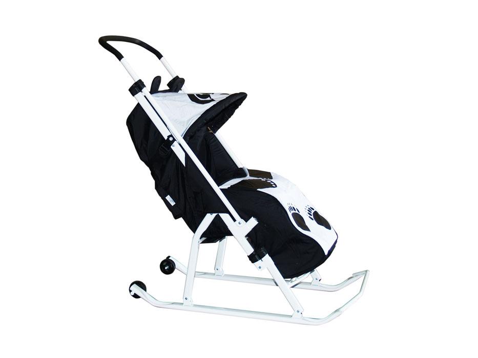 """Санки-трансформер детские Тяни-Толкай """"Панда"""" - это идеальное решение для самых маленьких. Отличительная особенность - перекидная ручка-толкатель. Не стоит мучить себя и бороться со снегом, протаскивая по нему резиновые колеса обычной детской коляски, складные санки-коляска с тентом избавят вас от этого. Не занимая много места, они легко вместятся как в общественном транспорте, так и в багажнике собственного авто, что значительно упростит прогулки с малышом. Укрыв рееёнка тёплой попоной, изготовленной из влагостойкого ветронепродуваемого материала, вы можете быть абсолютно спокойны о его самочувствии. Особенности: Красивая переливающаяся ткань - непродуваемый водоотталкивающий материал DEWSPO с пропиткой. Очень теплый съемный чехол для ножек крепится на липучках по бокам. Складной капюшон и складная подножка. Страховочный ремень. Перекидная регулируемая ручка-толкатель. Регулировки по высоте нет!. Рама-круглый профиль сечения труб. Плоские..."""