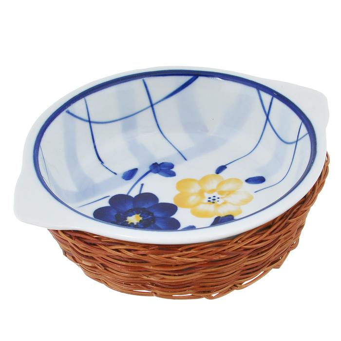Кастрюля Bekker с крышкой, с корзиной, прямоугольная, цвет: синий, белый, 1 лFS-91909Прямоугольная кастрюля Bekker, изготовленная из высококачественной жаропрочной керамики и декорированная изображением ягод, прекрасно подойдет для запекания. В комплект входит крышка и плетеная корзина-подставка, изготовленная из ротанга.Изделия из керамики идеально подходят как для приготовления пищи, так и для подачи на стол. Материал не содержит свинца и кадмия. С такой кастрюлей вы всегда сможете порадовать своих близких оригинальным блюдом.Кастрюлю можно использовать в духовке и микроволновой печи. Можно мыть в посудомоечной машине.