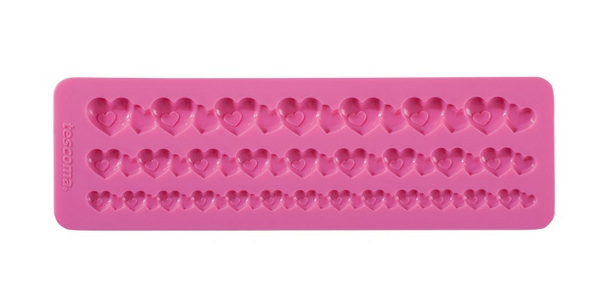 Форма для украшения выпечки Tescoma Бордюр с сердечками, 3 ячейкиFS-91909Форма Tescoma Бордюр с сердечками отлично подходит для украшения выпечки фигурками из марципана или помадки. Необходимо поставить заполненные формы в морозильник на 5-10 минут, а затем вытащить их, мягко нажав на дно формы. Форма изготовлена из превосходного гибкого силикона. На одном листе расположены 3 ячейки в виде полосок из сплетенных сердечек разных размеров. Можно мыть в посудомоечной машине.