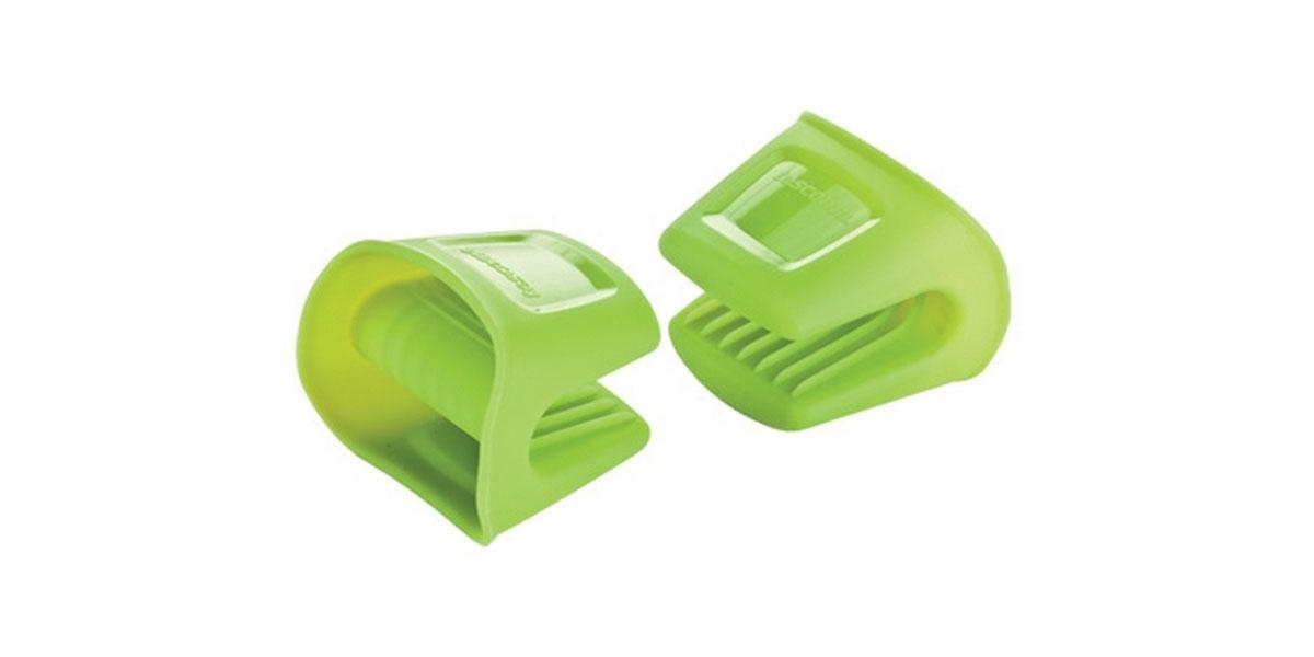Набор прихваток Tescoma Fusion, цвет: зеленый, 2 штVT-1520(SR)Набор Tescoma Fusion, выполненный из силикона, состоит из двух прихваток.Изделия выдерживают высокую и низкую температуры (от -40°С до +230°С). Прихватки гигиеничны, эластичны, износостойки, не горят и не тлеют, не впитывают запахи, не оставляют пятен. Силикон абсолютно безвреден для здоровья, не вступает в реакцию с продуктами, легко моется. Такими прихватками можно брать не только горячие, но и холодные предметы, а также влажные и скользкие. Они отлично защищает от ожогов всю ладонь. Силиконовые прихватки - отличный подарок, удобный и необходимый любой хозяйке.Можно мыть в посудомоечной машине.
