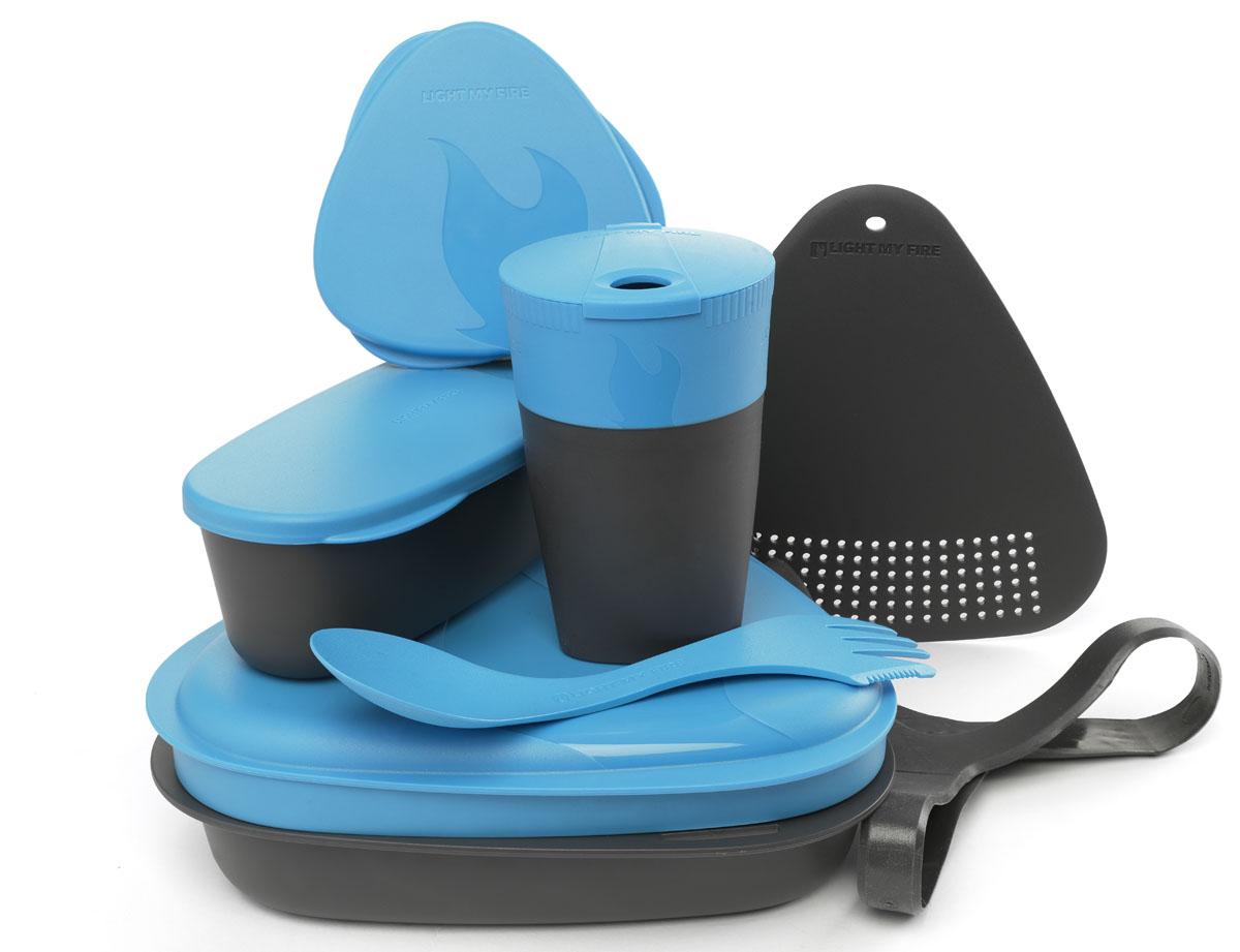 Набор походной посуды Light My Fire MealKit 2.0, цвет: голубой, 10 предметов41362710Набор походной посуды Light My Fire MealKit 2.0 отлично подойдет для обедов на работе, в школе, для пикника, походов и загородного отдыха. Набор включает в себя: контейнер с крышкой, которая так же может использоваться как тарелка, ловилку Spork Original, которая сочетает в себе ложку, вилку, нож, герметичную коробочку с мерной шкалой SnapBox original, герметичную коробочку c мерной шкалой SnapBox oval, складную кружку Pack-up-Cup, комбинированную разделочную доску и удерживающий резиновый ремешок.Набор можно мыть в посудомоечной машине и использовать в микроволновой печи. Кроме того, набор Light My Fire MealKit 2.0 не тонет в воде! С таким набором не возможно остаться незамеченным.Размер контейнера (с учетом крышки): 19 см х 19 см х 6 см.Объем контейнера: 900 мл. Объем крышки: 500 мл. Длина ловилки: 17 см. Размер кружки (в разложенном виде): 7 см х 7 см х 10,5 см. Объем кружки: 260 мл. Размер кружки (в сложенном виде): 7 см х 7 см х 4 см. Размер разделочной доски: 15 см х 15,5 см. Размер коробочки SnapBox oval (с учетом крышки): 16,5 см х 7 см х 5 см. Объем коробочки SnapBox oval: 320 мл. Размер коробочки SnapBox original (с учетом крышки): 9,5 см х 9,5 см х 4 см. Объем коробочки SnapBox original: 170 мл.