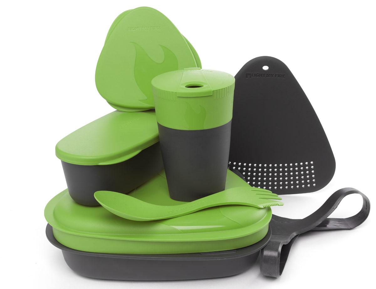 Набор походной посуды Light My Fire MealKit 2.0, цвет: зеленый, 10 предметов41363310Набор походной посуды Light My Fire MealKit 2.0 отлично подойдет для обедов на работе, в школе, для пикника, походов и загородного отдыха. Набор включает в себя: контейнер с крышкой, которая так же может использоваться как тарелка, ловилку Spork Original, которая сочетает в себе ложку, вилку, нож, герметичную коробочку с мерной шкалой SnapBox original, герметичную коробочку c мерной шкалой SnapBox oval, складную кружку Pack-up-Cup, комбинированную разделочную доску и удерживающий резиновый ремешок.Набор можно мыть в посудомоечной машине и использовать в микроволновой печи. Кроме того, набор Light My Fire MealKit 2.0 не тонет в воде! С таким набором не возможно остаться незамеченным.Размер контейнера (с учетом крышки): 19 см х 19 см х 6 см.Объем контейнера: 900 мл. Объем крышки: 500 мл. Длина ловилки: 17 см. Размер кружки (в разложенном виде): 7 см х 7 см х 10,5 см. Объем кружки: 260 мл. Размер кружки (в сложенном виде): 7 см х 7 см х 4 см. Размер разделочной доски: 15 см х 15,5 см. Размер коробочки SnapBox oval (с учетом крышки): 16,5 см х 7 см х 5 см. Объем коробочки SnapBox oval: 320 мл. Размер коробочки SnapBox original (с учетом крышки): 9,5 см х 9,5 см х 4 см. Объем коробочки SnapBox original: 170 мл.