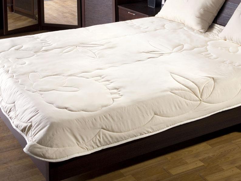 Одеяло Лэмби, цвет: бежевый, 200 х 220 см531-103Облегченное одеяло Лэмби с наполнителем из натуральной овечьей шерсти и оригинальной художественной стежкой не оставят равнодушными тех, кто ценит здоровье и красоту. Чехол одеяла изготовлен из ткани нового поколения Биософт, которая отличается нежной шелковистой фактурой и высокой прочностью, надежно удерживает наполнитель внутри изделия.Лечебные свойства овечьей шерсти снимут напряжение и мышечные боли, стимулируя кровообращение. Одеяло обеспечит оптимальный микроклимат в постели. Под таким одеялом с наполнителем из овечьей шерсти будет комфортно спать в любую погоду! Одеяло Лэмби станет прекрасным подарком для ваших близких. Одеяло упаковано в чехол на застежке-молнии с ручкой, что очень удобно при переноске и хранении. Характеристики: Материал верха:биософт.Материал наполнителя:овечья шерсть.Размер одеяла:200 см х 220 см.Степень теплоты:2. Производитель:Россия.Артикул:120619106.