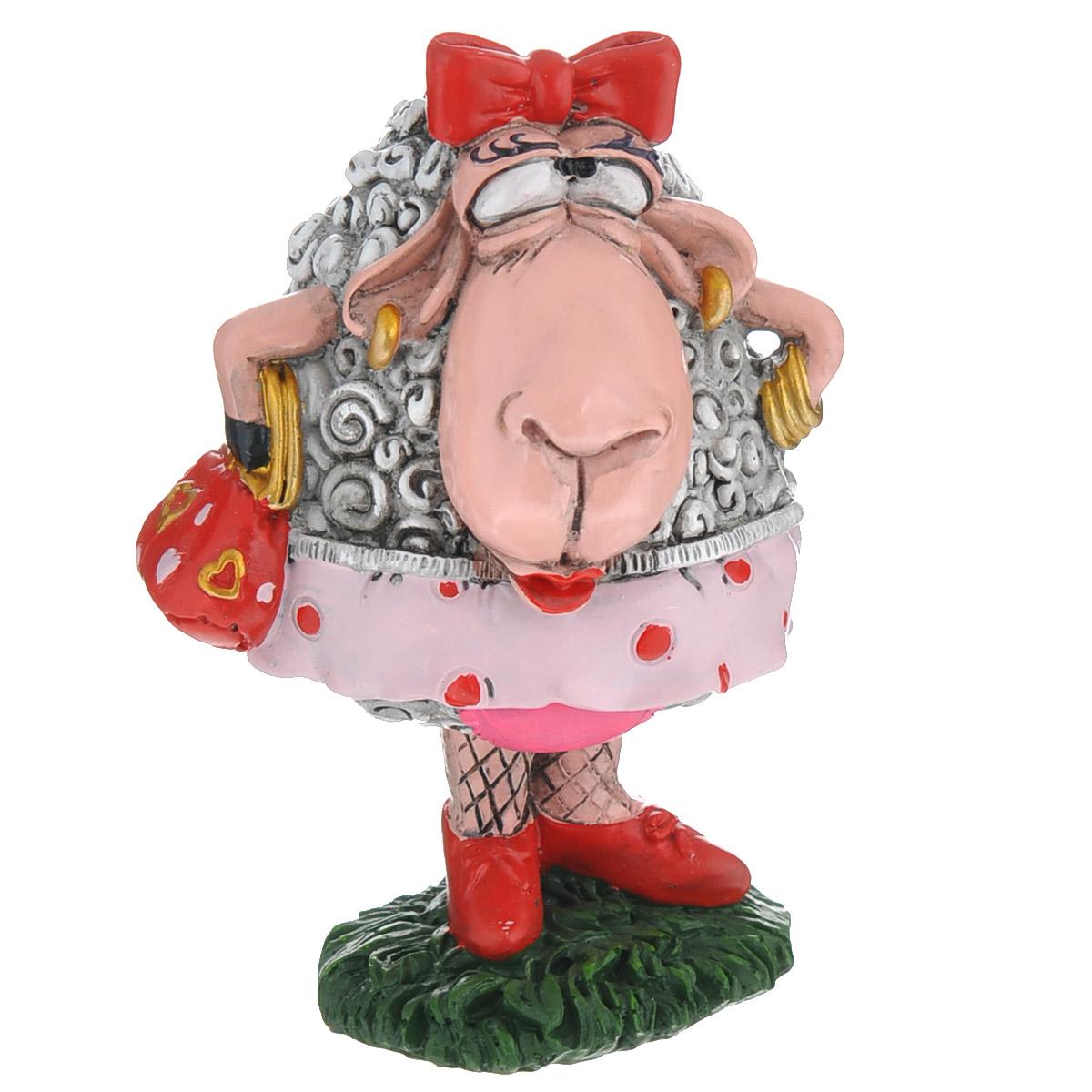 Статуэтка декоративная Comical World Овечка-модница, цвет: серый, красный28337Оригинальная декоративная статуэтка Comical World Овечка-модница выполнена из полистоуна в виде красивой овечки с сумочкой и бантиком на голове. Такая статуэтка - отличный вариант для новогоднего подарка для ваших близких и друзей.