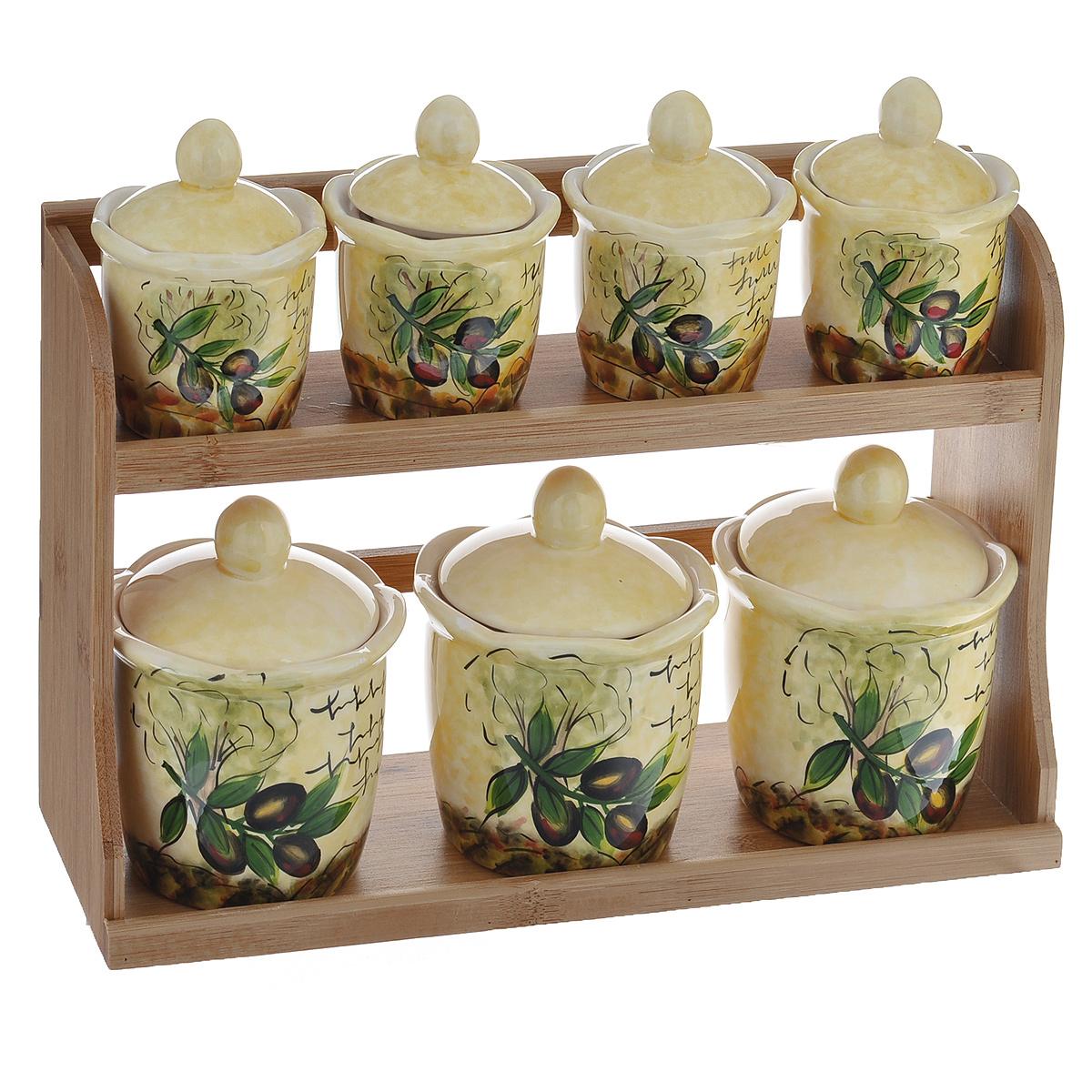Набор банок для хранения сыпучих продуктов Маслины, 8 предметов79 02471Набор Маслины состоит из трех больших банок, четырех маленьких банок и подставки. Предметы набора изготовлены из доломитовой керамики и декорированы изображением маслин. Изделия помещаются на удобную деревянную подставку. Оригинальный дизайн, эстетичность и функциональность набора позволят ему стать достойным дополнением к кухонному инвентарю.Можно мыть в посудомоечной машине на минимальной температуре.Диаметр основания большой емкости: 7 см.Высота большой емкости (без учета крышки): 9 см.Диаметр основания маленькой емкости: 5,5 см.Высота маленькой емкости (без учета крышки): 6,5 см.Размер подставки: 31,5 см х 11 см х 20,5 см.