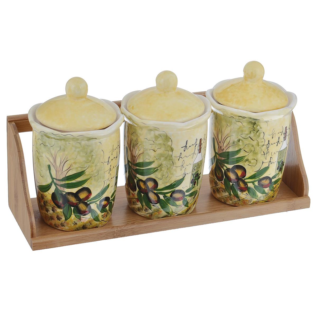 Набор банок для хранения сыпучих продуктов Маслины, 4 предметаVT-1520(SR)Набор Маслины состоит из трех больших банок и подставки. Предметы набора изготовлены из доломитовой керамики и декорированы изображением маслин. Изделия помещаются на удобную деревянную подставку. Оригинальный дизайн, эстетичность и функциональность набора позволят ему стать достойным дополнением к кухонному инвентарю.Можно мыть в посудомоечной машине на минимальной температуре.Диаметр основания емкости: 7,5 см.Высота емкости (без учета крышки): 12,5 см.Объём каждой банки: 550 мл.Размер подставки: 34 х 10,5 х 11,5 см.