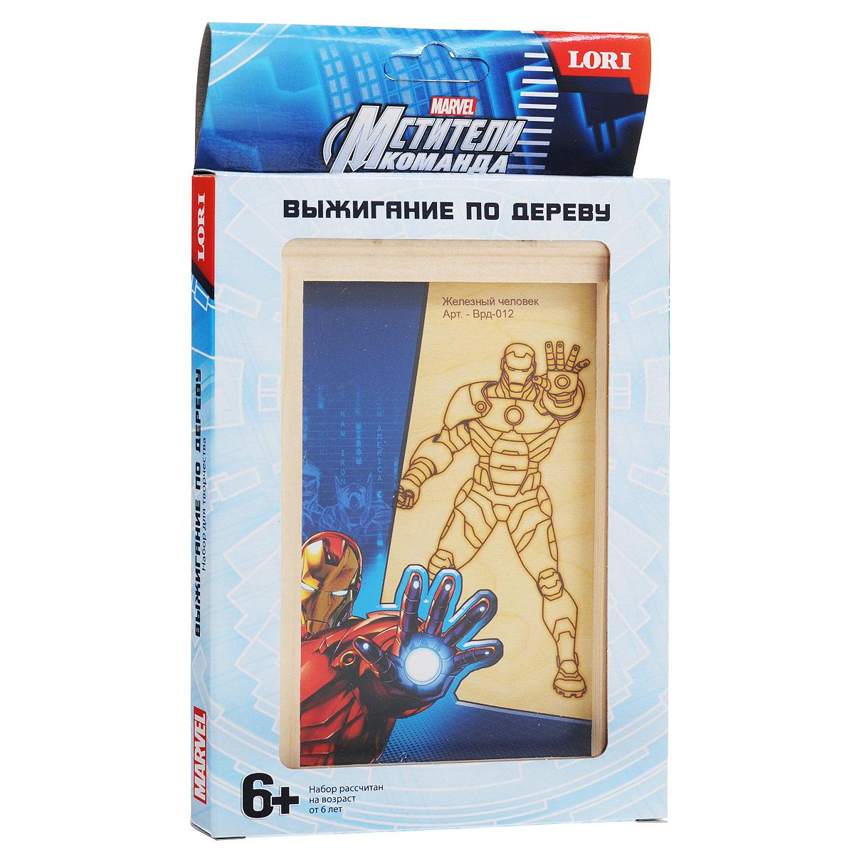 """Картина для выжигания по дереву Lori """"Мстители: Железный человек"""" позволит вам и вашему ребенку создать собственный шедевр. В комплект входит деревянная основа с нанесенным контуром рисунка, деревянная рамка, которой можно оформить законченную работу и подробная инструкция на русском языке. Соблюдая осторожность, проведите нагретым прибором для выжигания по контуру рисунка, и он оставит след на поверхности дерева. Немного терпения - и ваш ребенок сможет своими руками создать картину в технике пирографии. Декоративное выжигание - одно из популярных ремесел, глубоко связанное с традициями русского народного творчества. Выжигание развивалось параллельно с резьбой, точением, мозаикой и живописными работами по дереву, нередко дополняя эти виды искусства или выступая самостоятельно. Выжигание по дереву понравится и взрослым, и детям. Это не только увлекательное, но и полезное занятие - выжигание поможет детям развить усидчивость, внимательность, мелкую моторику и..."""
