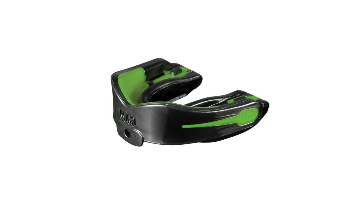 Капа одночелюстная детская MoGo, цвет: черный, зеленый, вкус: мятаKSO-10024WKFПоистине революционная технология позволила MoGo придать пластику вкус, создав первую в мире ароматизированную капу. Уникальность технологии в том, что ароматизатор не распылен по поверхности, а внедрен в сам материал. Благодаря этому, вы будете ощущать во рту приятный освежающий вкус каждый раз, как используете капу. Она также предотвращает пересыхание ротовой полости во время соревнований или тренировок, тем самым повышая эффективность вашего дыхания. Капа MoGo прекрасно подходит как для занятий единоборствами, так и для любых видов спорта, где необходима подобная защита. Капа изготовлена по принципу свари и укуси или проще говоря - вам придется предварительно нагреть ее в горячей воде, чтобы потом с легкостью подогнать под вашу челюсть. Продуманный дизайн гарантирует вам максимум защиты, отдачи, комфорта и свободы дыхания во время тренировок. Все ароматизаторы изготовлены из натуральных компонентов. Все вкусовые добавки и материалы одобрены Управлением по контролю качества пищевых продуктов и лекарственных препаратов (FDA, США) и не содержат бисфенола А (BPA). Данная модель одночелюстной капы предназначена для ношения на верхней челюсти/НЕ подходит для использования с зубными скобками (брекетами). Для вашего удобства в набор входит ремешок, позволяющий упростить процесс подгонки.
