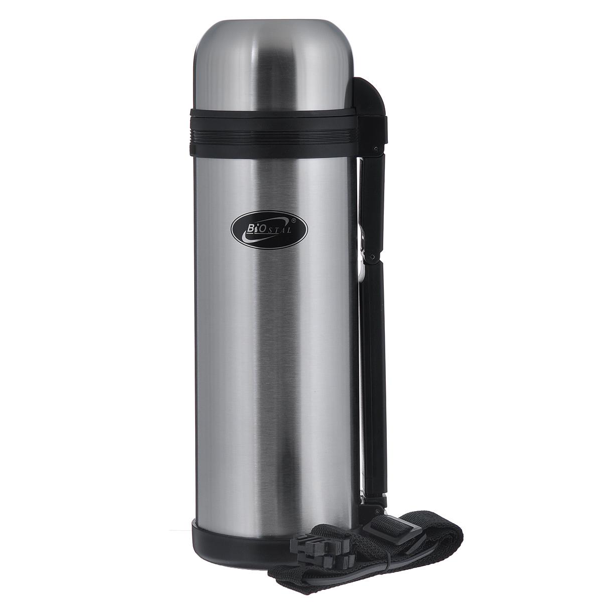 Термос Biostal, 1,8 л. NG-1800-1115510Универсальный пищевой термос Biostal относится к классической серии. Термосы этой серии, являющейся лидером продаж, просты в использовании, экономичны и многофункциональны. Универсальный термос выполняет функции термоса для еды (первого или второго) и термоса для напитков (кофе, чая). Это достигается благодаря специальной универсальной пробке, которая изготовлена из прочного пластика, легко разбирается для мытья и, обладая дополнительной теплоизоляцией, позволяет термосу дольше хранить тепло. Термос выполнен из нержавеющей стали. Он оснащен удобной ручкой и ремешком для переноски. Крышку можно использовать в качестве чашки. Дополнительная пластиковая чашка в комплекте.