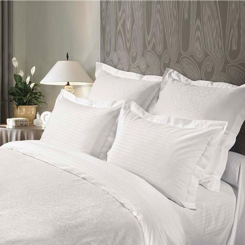Постельное белье Verossa Bellcanto (евро КПБ, сатин, жаккард, наволочки 70х70)391602Комплект постельного белья Verossa «Bellcanto» Сатин-Жаккард — это превосходное белье, которое станет украшением спальни и сделает ваш сон более комфортным. Комплект белья, изготовленный из жаккарда, будет идеальным подарком для тех, кто любит роскошь и предпочитает высококачественные природные материалы.Изысканная фактура жаккарда достигается путем переплетения тысяч нитей прямо в структуре ткани, что придает рисунку утонченность и глубину. В отличие от вышивки традиционного исполнения, такой рисунок не создает неприятных ощущений при соприкосновении с кожей.Жаккард — это самый дорогостоящий материал, престижный и очень долговечный. Красивая упаковка позволяет преподнести этот комплект в качестве подарка.