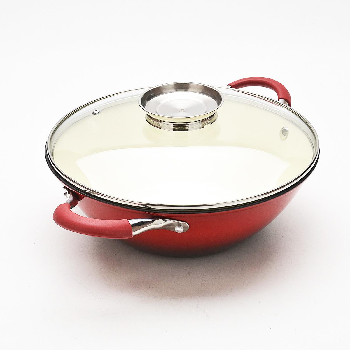 Казан Mayer & Boch с крышкой, с эмалевым покрытием, цвет: красный, 3,6 лж44аКазан Mayer & Boch, изготовленный из чугуна, идеально подходит для приготовления вкусных тушеных блюд. Он имеет внешнее и внутреннее эмалевое покрытие. Чугун является традиционным высокопрочным, экологически чистым материалом. Его главной особенностью является то, что эмаль наносится с внешней стороны изделия, а внутри - керамическое покрытие. Причем, чем дольше и чаще вы пользуетесь этой посудой, тем лучше становятся ее свойства. Высокая теплоемкость чугуна позволяет ему сильно нагреваться и медленно остывать, а это в свою очередь обеспечивает равномерное приготовление пищи. Чугун не вступает в какие-либо химические реакции с пищей в процессе приготовления и хранения, а плотное покрытие - безупречное препятствие для бактерий и запахов. Пища, приготовленная в чугунной посуде, благодаря экологической чистоте материала не может нанести вред здоровью человека. Казан оснащен двумя удобными ручками из нержавеющей стали с силиконовыми вставками. К казану прилагается стеклянная крышка с пароотводом, ручкой и ободом из нержавеющей стали. Крышка удобна в использовании и позволяет контролировать процесс приготовления пищи. Казан Mayer & Boch можно использовать на всех типах плит, кроме индукционной. Также изделие можно мыть в посудомоечной машине. Ширина казана с учетом ручек: 40 см.Высота казана (без учета крышки): 9,5 см.Толщина стенки: 4 мм. Толщина дна: 5 мм.