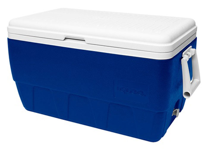 Изотермический контейнер Igloo Family, цвет: синий, 49 л1092027Легкий и прочный изотермический контейнер Igloo Family, изготовленный из высококачественного пластика, предназначен для транспортировки и хранения продуктов и напитков. Корпус гладкий, эргономичного дизайна, ударопрочный. Поддержание внутреннего микроклимата обеспечивается за счет термоизоляционной прокладки из пены Ultra Therm, способной удерживать температуру внутри корпуса до 24 часов. Для поддержания температуры использовать с аккумуляторами холода. Контейнер имеет широко открывающуюся крышку для легкого доступа к продуктам. Крышка плотно и герметично закрывается. Ручки по бокам корпуса для удобства погрузки и разгрузки из багажника автомобиля. Линейка на крышке предназначена для измерения длины пойманной рыбы.Такой контейнер можно взять с собой куда угодно: на отдых, пикник, кемпинг, на дачу, на рыбалку или охоту и т.д. Идеальный вариант для отдыха всей семьей.