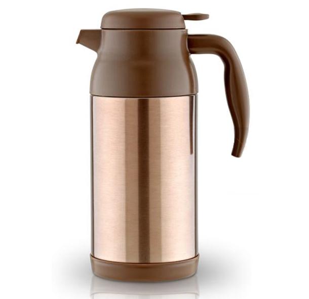 Термос-кувшин LaPlaya Thermocarafe, с фильтром для заваривания чая, цвет: коричневый, 1,2 л54 009312Термос-кувшин LaPlaya Thermocarafe имеет небьющийся корпус из нержавеющей стали с двумя стенками. Оснащен герметичной пробкой-крышкой со съемным фильтром-ситечком для заваривания чая. Термос обеспечивает превосходную вакуумную изоляцию. Идеально подходит для домашнего чаепития, офисной сервировки и отдыха на природе. Можно использовать для охлажденных напитков (травяных отваров, чаев и фруктово-ягодных настоев). Диаметр: 10 см. Высота: 25 см. Сохраняет тепло: 8 ч. Сохраняет холод: 24 ч.