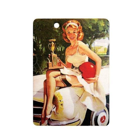 Ароматизатор Phantom Pin Up BettyUTH-17121-24CLАроматизатор Phantom Pin Up Betty имеет тонкий и сложный аромат классической ванили. Предназначен для автомобиля, а также для небольших помещений. Выполнен из картона и снабжен специальной нитью для подвешивания. Аромат держится до 40 дней. Серия выполнена в известном стиле американской графики Pin Up, популярность которого не угасает с 40-х годов. Уникальный дизайн, нет аналогов на рынке! Высокое качество печати. Очаровательные сюжеты этой серии никого не оставят равнодушными! Ароматизаторы Phantom создают в салоне автомобиля благоприятную и непринужденную атмосферу, как для водителя, так и для пассажиров. В отличие от традиционных освежителей воздуха, Phantom обладают не только превосходными ароматами, но и стильным и приятным дизайном. Качество ароматизаторов Phantom постоянно поддерживается на высоком уровне, а в производстве ароматов используется только качественные ингредиенты. Состав: картон, ароматическая отдушка. Размер ароматизатора: 6 см х 8,5 см.