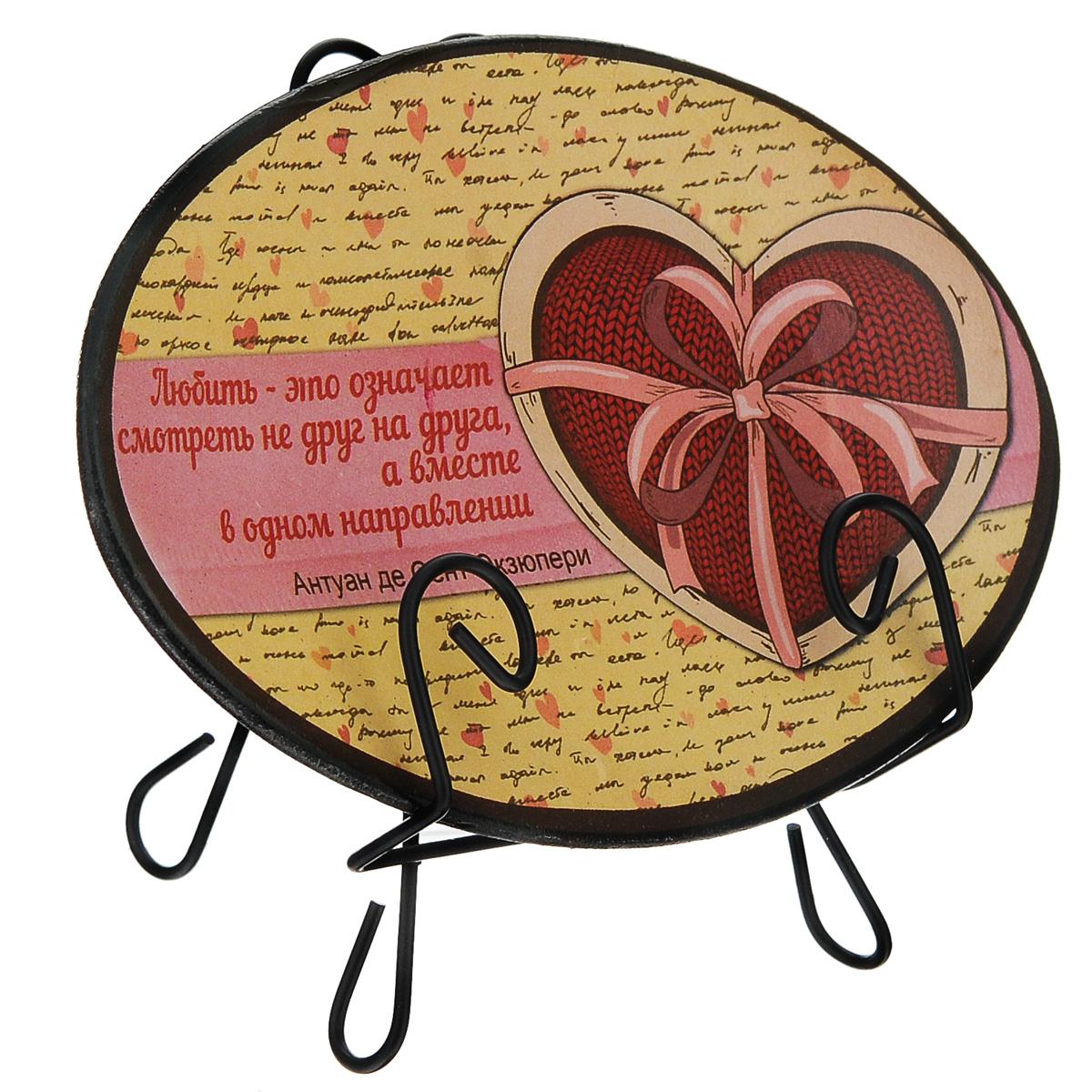 Тарелка декоративная Антуан де Сент-Экзюпери, на подставке, 15 х 10 см299212-158Декоративная тарелка на подставке станет прекрасным дополнением к декору практически любого помещения, будь то кухня, столовая, гостиная, холл или рабочий кабинет. Тарелка выполнена из доломитовой керамики, подставка в виде треноги,благодаря которой сувенир удобно и быстро располагается на любой горизонтальной поверхности, - из черного металла. Поверхность декорирована изображением сердца, перевязанного лентой с роскошным бантом, а также цитатой Антуана де Сент-Экзюпери: Любить - это означает смотреть не друг на друга, а вместе в одном направлении. Очаровательная декоративная тарелка - замечательный подарок друзьям и близким людям. Размер тарелки (без подставки): 15,2 см х 10 см х 1,5 см. Размер сувенира с подставкой: 15,2 см х 8 см х 12 см.