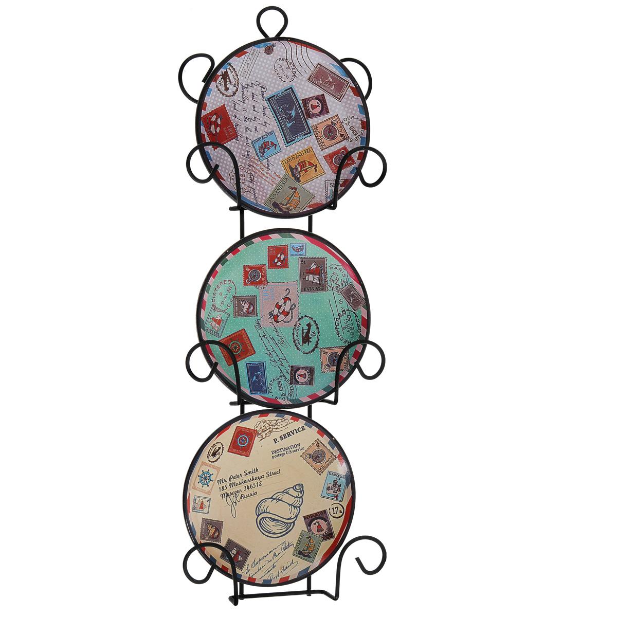 Набор декоративных тарелок Почта, диаметр 10 см, 3 штCh-casa MSP2202Набор из трех декоративных тарелок с ярким рисунком украсят практически любое ваше помещение, будь то кухня, столовая, гостиная, холл и будут являться необычным дизайнерским решением. Тарелки выполнены из доломитовой керамики, подставка в виде вертикальной этажерки,благодаря которой сувенир удобно и быстро крепится к стене, - из черного металла. Каждая тарелочка, декорированная изображениями марок со всех сторон света, помещается в отдельную нишу. Очаровательный набор декоративных тарелок - замечательный подарок друзьям и близким людям. Размер тарелки (без подставки): 10 см х 10 см х 1,5 см. Размер сувенира с подставкой: 2,5 см х 11,5 см х 33 см.