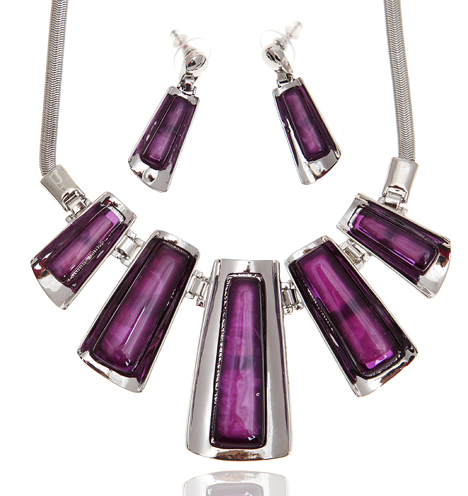 Комплект Тайное свидание: ожерелье и серьги-пусеты. Ювелирный пластик пурпурного цвета, бижутерный сплав серебряного тона. Гонконг, 2000-е гг.Пуссеты (гвоздики)Комплект Тайное свидание: ожерелье и серьги-пусеты.Ювелирный пластик пурпурного цвета, бижутерный сплав серебряного тона.Гонконг, 2000-е гг.Размер:Ожерелье: полная длина 38 - 47 см, регулируется за счет застежки-цепочки.Серьги: 4 Х 1,5 см.Сохранность отличная, изделие не было в использовании.