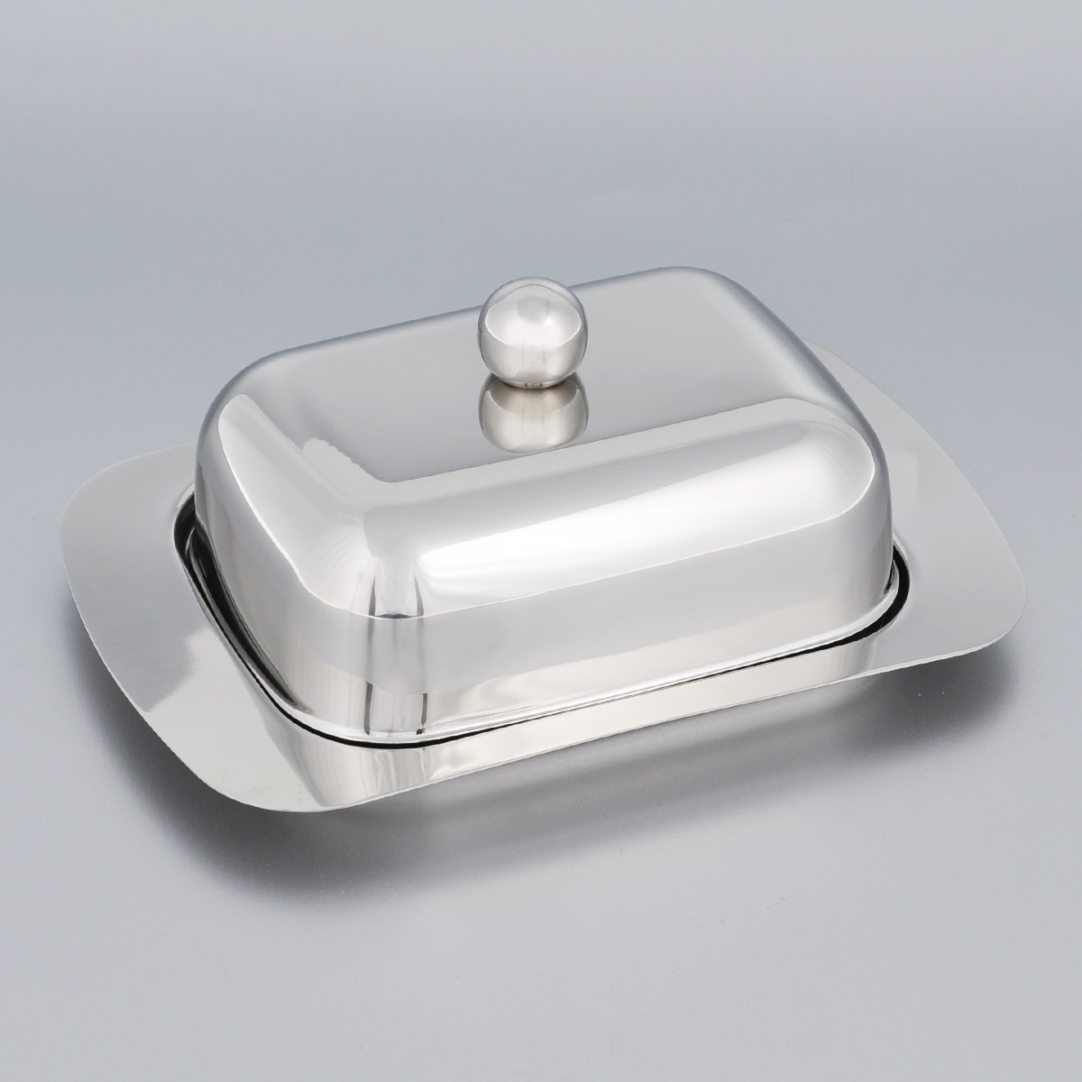 Масленка Mayer & Boch. 34243424Масленка Mayer & Boch, изготовленная из высококачественной нержавеющей стали, предназначена для красивой сервировки и хранения масла. Она состоит из подноса и крышки с ручкой. Масло в ней долго остается свежим, а при хранении в холодильнике не впитывает посторонние запахи. Гладкая поверхность обеспечивает легкую чистку. Можно мыть в посудомоечной машине. Размер подноса: 18,5 см х 12 см х 2 см. Размер крышки: 13,5 см х 10 см х 6 см.