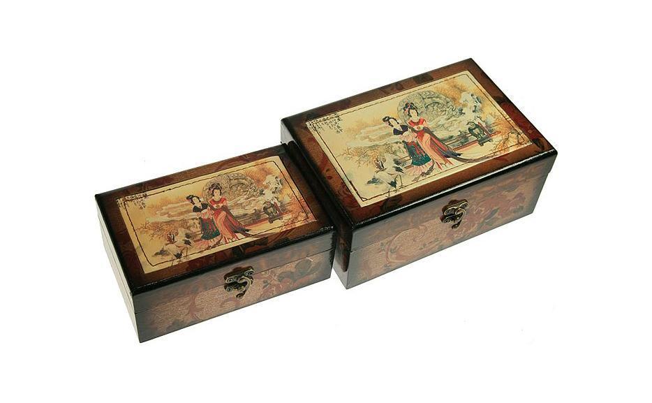 Набор шкатулок Сундучок, 22,5 см х 15,5 см х 10см, 2 шт. 34666RG-D31SНабор шкатулок Русские подарки Сундучок превосходно подойдет для хранения украшений, денег или документов. Они сочетают в себе оригинальный дизайн и удивительную функциональность, что делает их отличным подарком. Набор состоит из двух шкатулок и изготовлен из высококачественных материалов. Материал: MDF, бумага, стекло, текстиль, эл. металла; цвет: коричневый