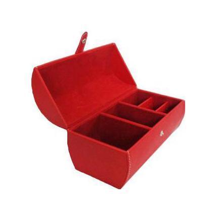 Шкатулка для ювелирных изделий, цвет: красный. 33177612380Шкатулка Феникс 33177 для хранения ювелирных украшений не оставит равнодушной ни одну любительницу изысканных вещей. Она выполнена в виде сундучка и обладает пятью отделениями. Внутренняя отделка шкатулки из искусственной замши. Характеристики: Размер шкатулки в закрытом виде: 16 см x 9,5 см x 11 см. Цвет: красный. Материал: искусственная кожа, искусственная замша. Производитель: Китай. Артикул: 33177.
