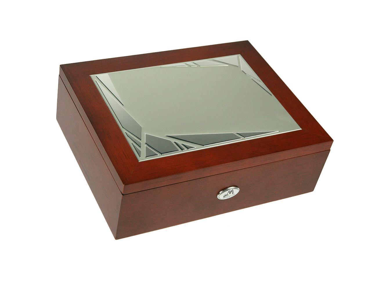 Шкатулка для мужчин Moretto, 24 см х 19 см х 8 см. 139542FS-80299Шкатулка Русские подарки MORETTO 139542 сохранит ваши ювелирные изделия в первозданном виде. С ней вы сможете внести в интерьер частичку элегантности. Данная модель выполнена из качественных материалов и станет оригинальным подарком. Характеристики: Материал: дерево (МДФ), металл (алюминий), текстиль. Цвет: коричневый. Размер шкатулки (ДхШхВ): 24 см х 19 см х 8 см.