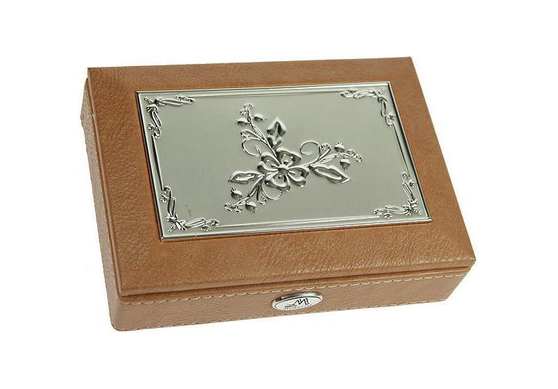 Шкатулка ювелирная MORETTO 18*13*5см 139535RG-D31SОригинальная шкатулка Русские подарки MORETTO 139535 сохранит ваши ювелирные изделия в первозданном виде. С ней вы сможете внести в интерьер частичку элегантности. Данная модель выполнена из качественных материалов и станет оригинальным подарком. Материал: кож. зам., MDF, металл (алюминий), стекло, текстиль, ПМ; цвет: светло-коричневый