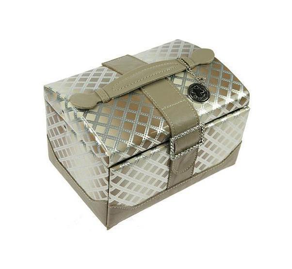 Шкатулка для ювелирных украшений CALVANI 8339010850/1W GOLD IVORYШкатулка Русские подарки CALVANI 83390 для хранения ювелирных украшений не оставит равнодушной ни одну любительницу изысканных вещей. На внутренней стороне крышки расположено небольшое удобное зеркальце. Сочетание оригинального дизайна и функциональности сделает такую шкатулку практичным, стильным подарком и предметом гордости ее обладательницы. Материал: кож. зам., картон, текстиль, стекло; цвет: серебряный