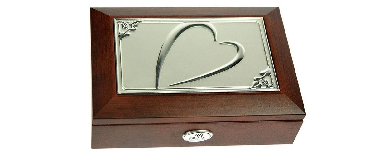 Шкатулка ювелирная MORETTO музык. 18*13*5смRG-D31SВеликолепная шкатулка для вашей любимой. Здесь можно хранить бижутерию, ювелирные изделия и множество других мелочей. Очень оригнальний подарок для особых дат в вашей совместной жизни. Материал: MDF, металл (алюминий), стекло, текстиль, ПМ; цвет: светло-коричневый