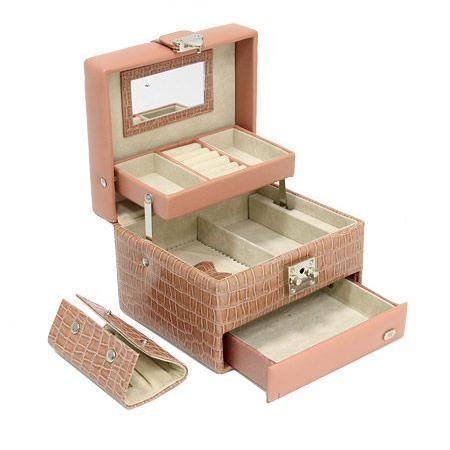 Шкатулка для украшений Jardin dEte, цвет: бежево-розовый. GP208B39693Великолепная шкатулка для ювелирных украшений не оставит равнодушной ни одну любительницу изысканных вещей.Шкатулка имеет три выдвижных яруса: нижний ярус состоит из одного большого отделения; средний - из двух отделений и вынимающегося отделения с валиком для колец и двумя кармашками на застежке-молнии; верхний - из двух небольших отделений и валиков для колец. На внутренней стороне крышки шкатулки расположено небольшое удобное зеркальце. Шкатулка закрывается на замок-защелку и имеет удобную ручку. Внутренняя поверхность шкатулки оформлена искусственной замшей нежного светло-бежевого цвета, что придает ей шарм и изысканность.Сочетание оригинального дизайна и функциональности сделает такую шкатулку практичным и стильным подарком и предметом гордости ее обладательницы. Характеристики: Материал: искусственная кожа, текстиль, металл. Размер: 17 см х 15 см х 12 см. Цвет: бежево-розовый. Размер упаковки: 20,5 см х 16,5 см х 16 см. Изготовитель: Китай. Производитель: Франция. Артикул: GP208B. Изысканные сувениры Jardin dEte отличаются одновременно эстетической красотой и функциональностью и создают неповторимое настроение. Стильные аксессуары вносят индивидуальность, утонченность, и изысканность не только в интерьер дома, но и в повседневную жизнь.