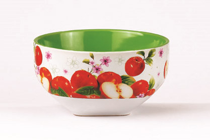Салатник Яблоко, 510 мл54 009305Салатник Яблоко изготовлен из высококачественной керамики и декорирован ярким изображением спелых яблок. Он прекрасно впишется в интерьер вашей кухни и станет достойным дополнением к кухонному инвентарю. Такой салатник не только украсит ваш кухонный стол и подчеркнет прекрасный вкус хозяйки, но и станет отличным подарком.Можно использовать в посудомоечной машине и микроволновой печи. Объем салатника: 510 мл. Диаметр салатника: 13 см. Высота салатника: 7 см.