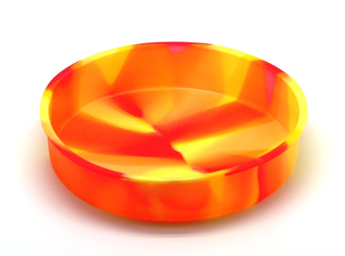 Форма для выпечки круглая Торт94672Силиконовая форма для выпечки имеет много преимуществ по сравнению с традиционной металлической и алюминиевой посудой. Она идеально подходит для использования в микроволновых, газовых и электрических печах при температурах до +230°С. Благодаря гибкости и антипригарным свойствам изделия ваша выпечка никогда не потеряет свой внешний вид. Форма займет на вашей кухне минимум места, ее можно свернуть и убрать в шкаф, а при очередном использовании она примет первоначальный вид. Также хотелось бы отметить, что силикон не вступает ни в какое химическое воздействие с окружающими материалами. Следовательно, ваша пища, изготовленная в форме из силикона, никогда не будет содержать посторонних примесей и неприятных запахов.