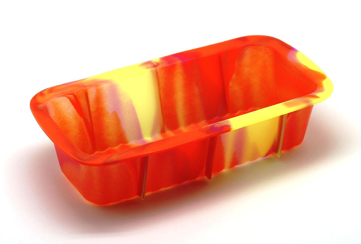 Форма для выпечки Каравай, цвет: оранжевый54 009312Силиконовая форма для выпечки имеет много преимуществ по сравнению с традиционной металлической и алюминиевой посудой. Она идеально подходит для использования в микроволновых, газовых и электрических печах при температурах до +230°С. Благодаря гибкости и антипригарным свойствам изделия, ваша выпечка никогда не потеряет свой внешний вид. Форма займет на вашей кухне минимум места, ее можно свернуть и убрать в шкаф, а при очередном использовании она примет первоначальный вид. Силикон не вступает ни в какое химическое воздействие с окружающими материалами. Следовательно, ваша пища никогда не будет содержать посторонних примесей и неприятных запахов.